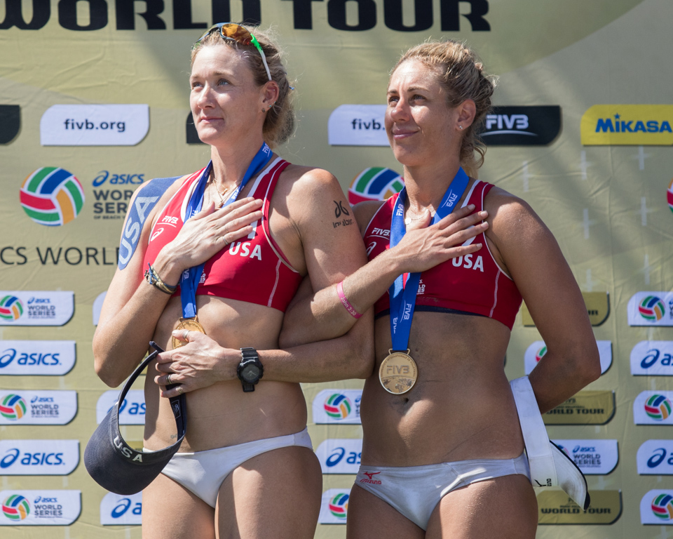 Kerri Walsh Jennings and April Ross (USA) at medal ceremony